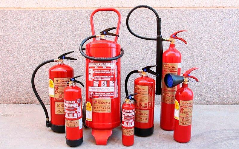 Extintores de diversos tipos y tamaños